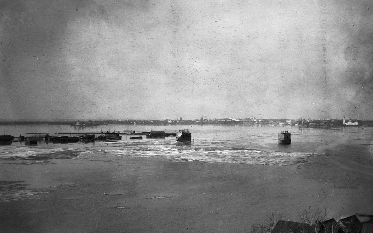 Разлив реки Волхов у города