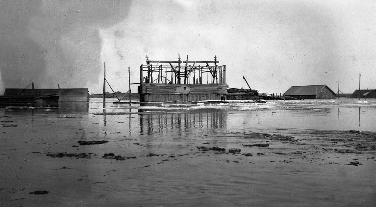 Строящийся бык нового моста через Волхов