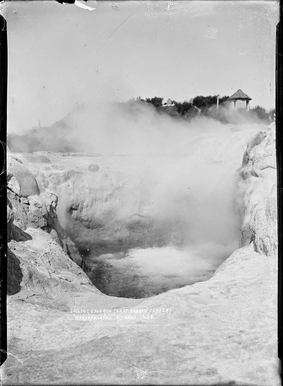 Жерло самого крупного новозеландский гейзера Похуту в долине гейзеров Вакареварева