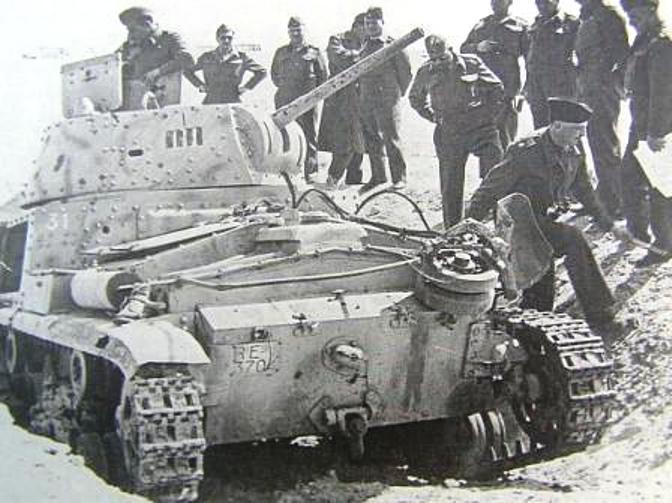 Американские военные осматривают подбитый Carro Armato Carro M14/41.