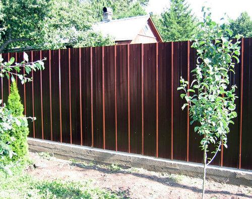 Забор из профнастила – доступно и практично