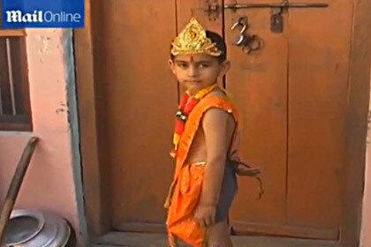 Хвостатого мальчика из Индии принимают как воплощение божества