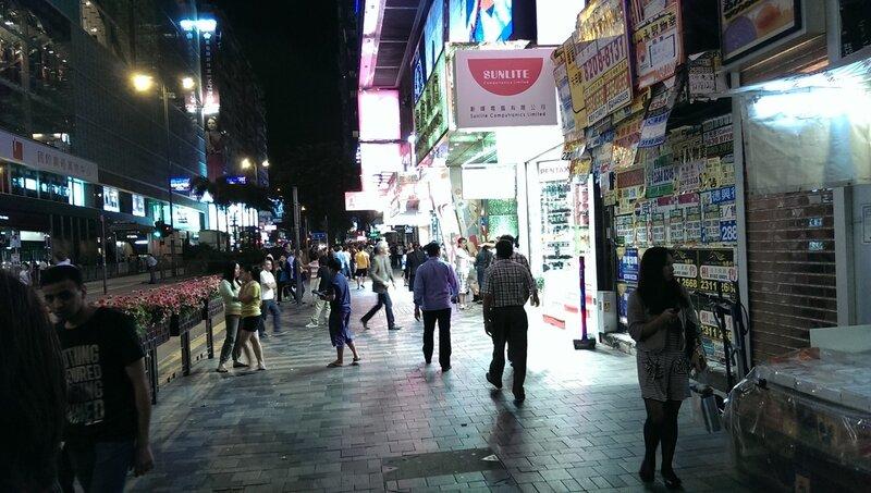 Гонконг ночью — магазины