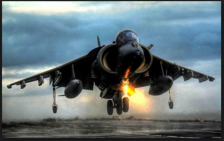 Современный военный самолет на взлете