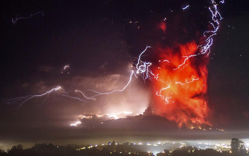 29. Молнии во время извержения вулкана Кальбуко в Чили, 23 апреля 2015. (Фото Martin Bernetti):