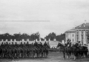 Император Николай II принимает парад Уланского полка.