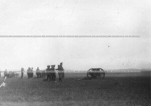 Артиллерийские стрельбы на военном полигоне.