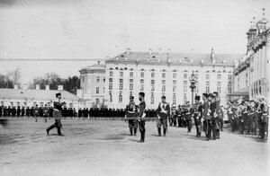 Командующий парадом подходит к принимающему парад императору Николаю II.