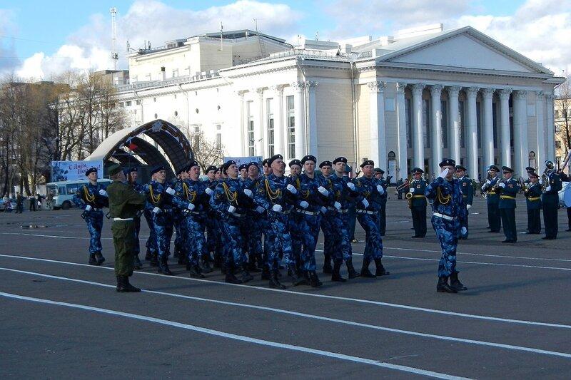 Репетиция парада Победы - синий камуфляж, черные береты, Киров, Театральная площадь