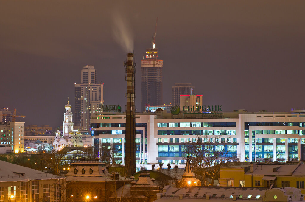 Вид из окна нашего офиса. Пример ночного пейзажа, полученного на зеркальный фотоаппарат Никон Д5100  и телеобъектив Никон 70-300.