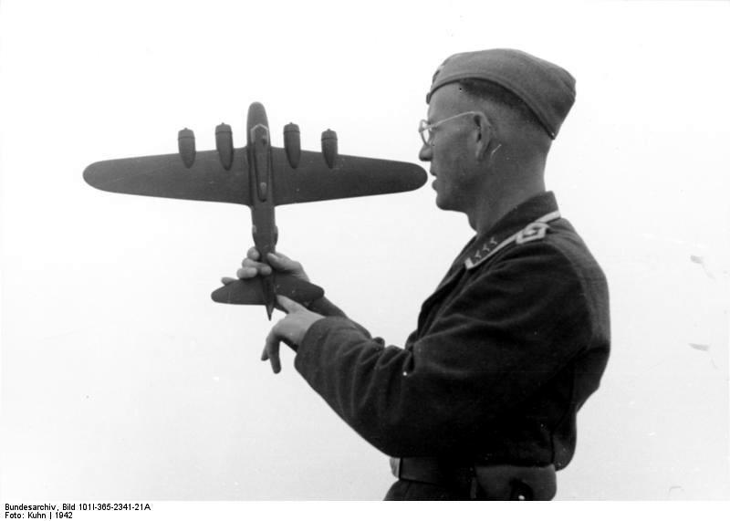 Frankreich, Feldwebel mit Bombermodell