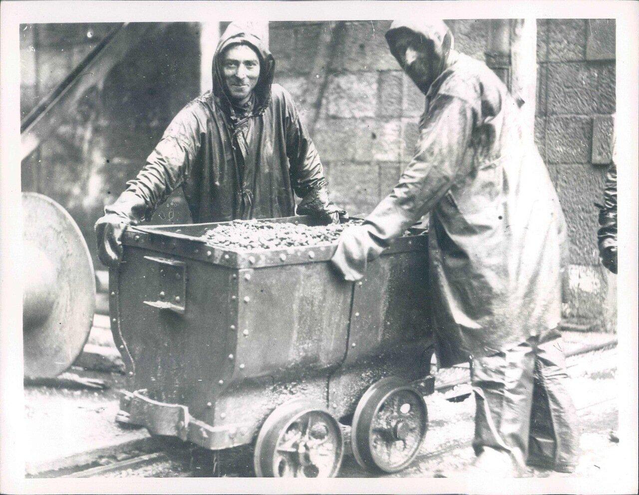 1927. Шахтеры добывающие марганец