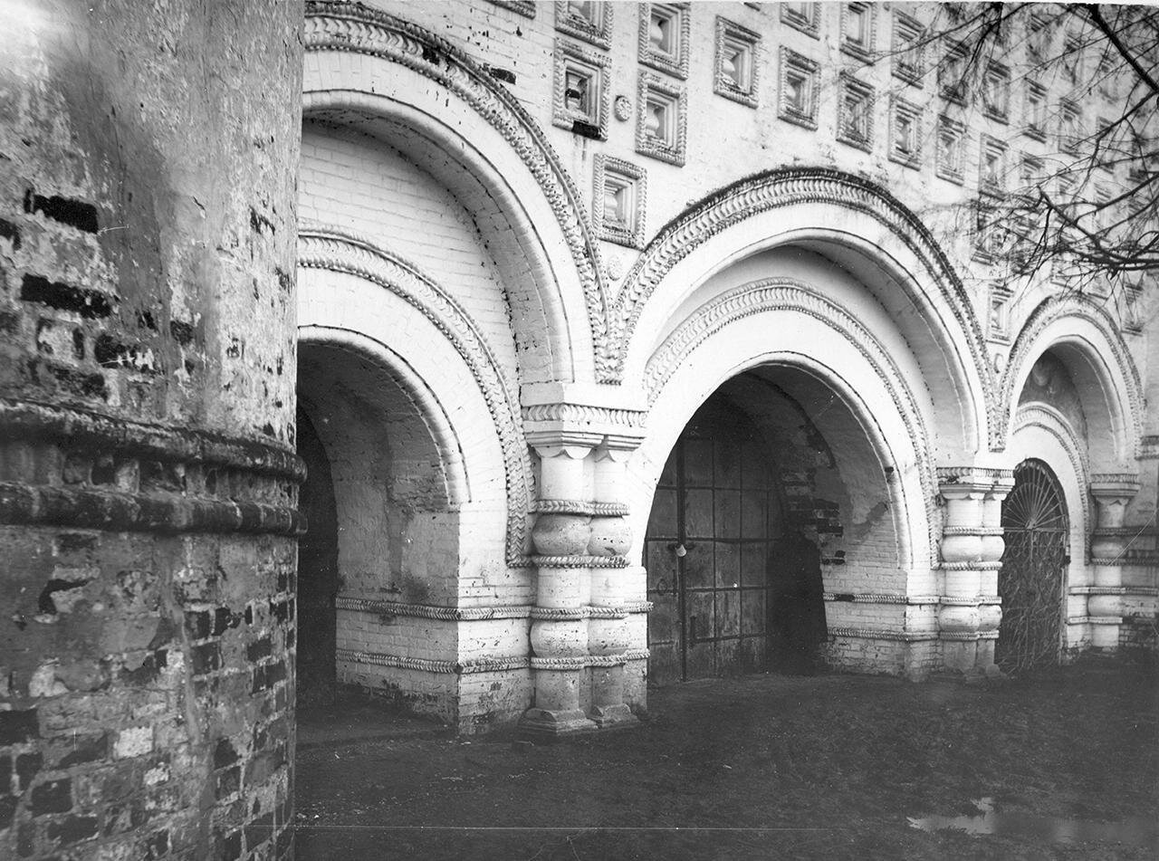 Кремль. Старые ворота под церковью Иоанна Богослова