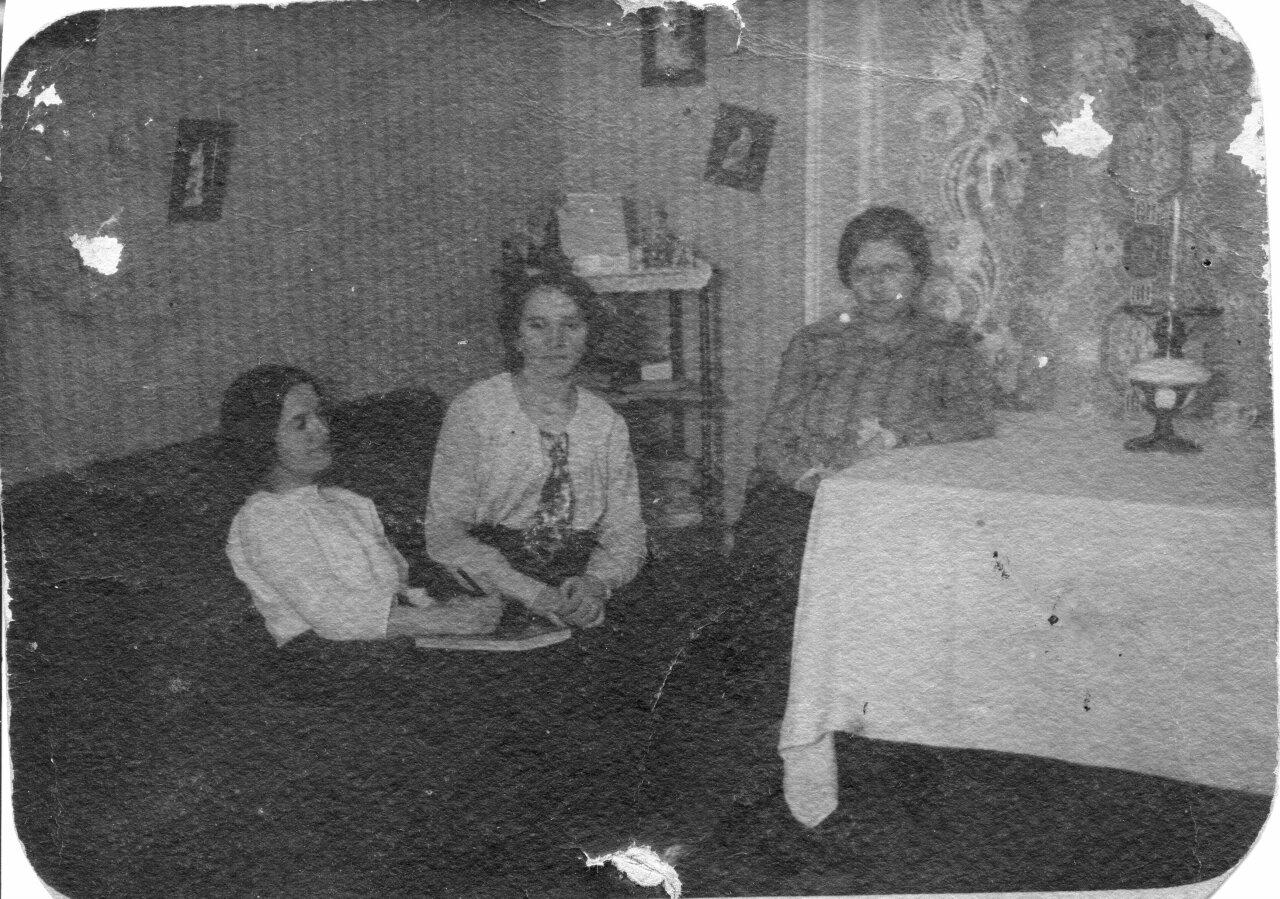 1914. Семейный портрет