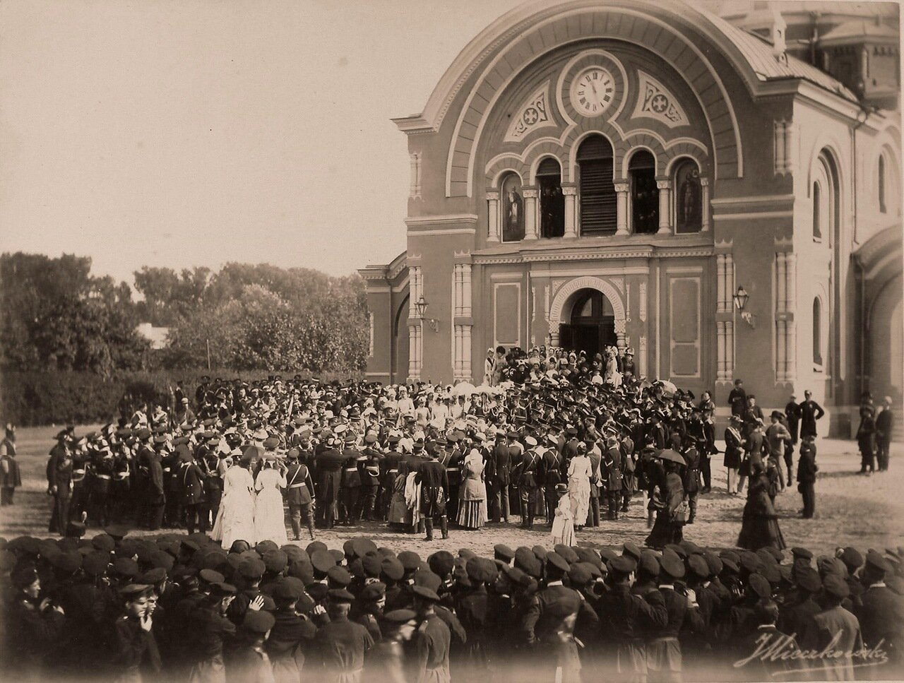 33. Император Александр III, императрица Мария Федоровна, члены императорской фамилии, сопровождающие их лица среди группы местных жителей после выхода из собора