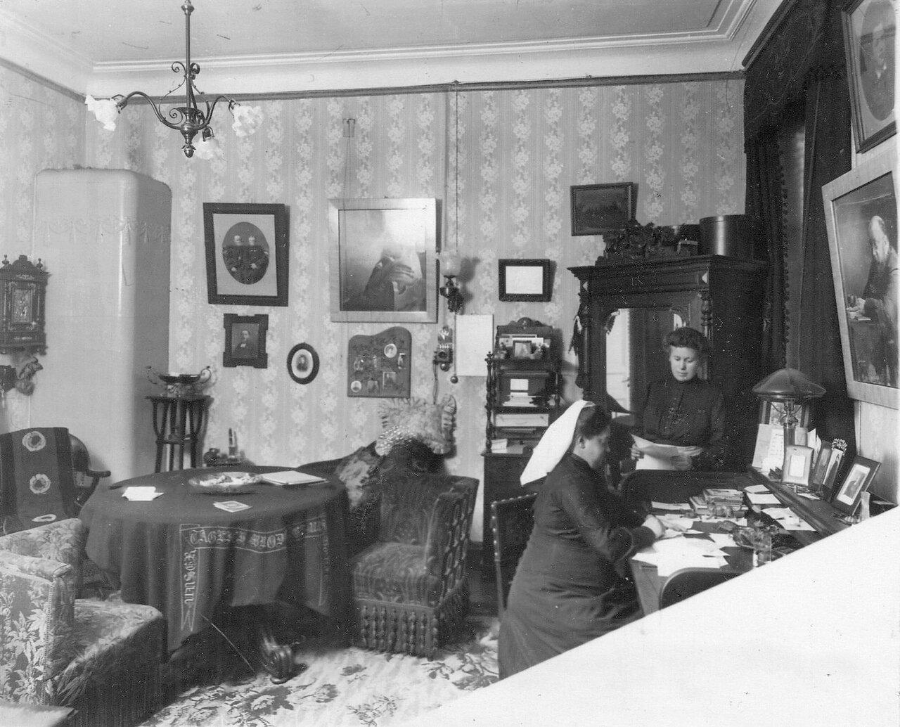 Жена пастора с секретаршей в своем кабинете