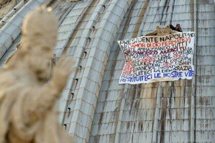 Житель Италии четвертый раз протестует на вершине собора Святого Петра