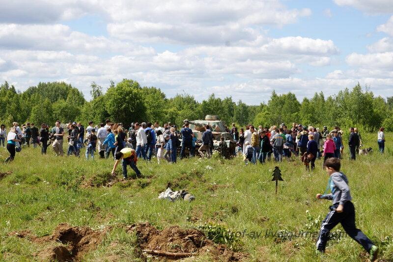 После мероприятия зрители бросились в поле, к танкам. 22 июня, реконструкция начала ВОВ в Кубинке (2 часть)