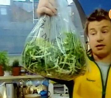 Салат упаковать в пищевой пластиковый пакет