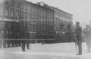 Командующий войсками Петроградского военного округа О.П.Васильковский  принимает рапорт от командира батальона.