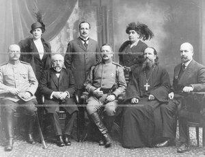Полковник Семен Иванович Назимов в группе родственников.