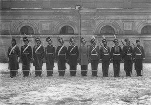 Строй казаков 1-ой Уральской его величества казачьей сотни полка у здания казармы в исторических формах.