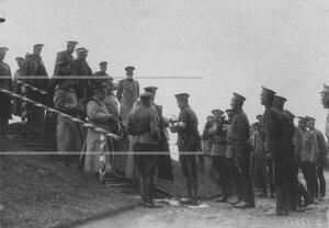 Командир гвардейского корпуса генерал В.М.Безобразов вручает призы за орудийную стрельбу.