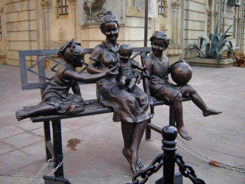 «Мама с детьми» Баку, Азербайджан