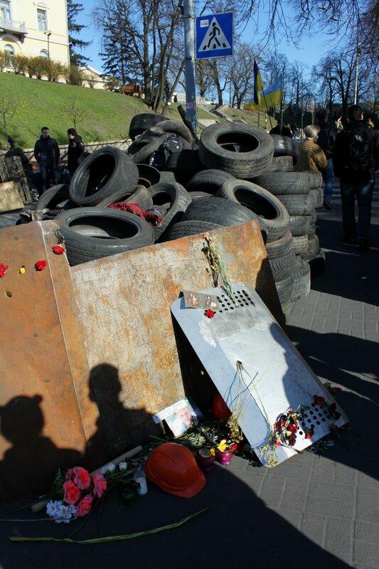 Мемориал возле баррикады