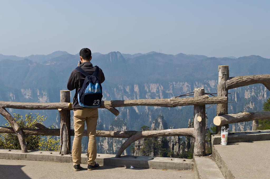 Фотография 18. Отчет об экскурсионном туре в Китай. Турист снимает Императорские Кисти в природном парке Чжанцзяцзе