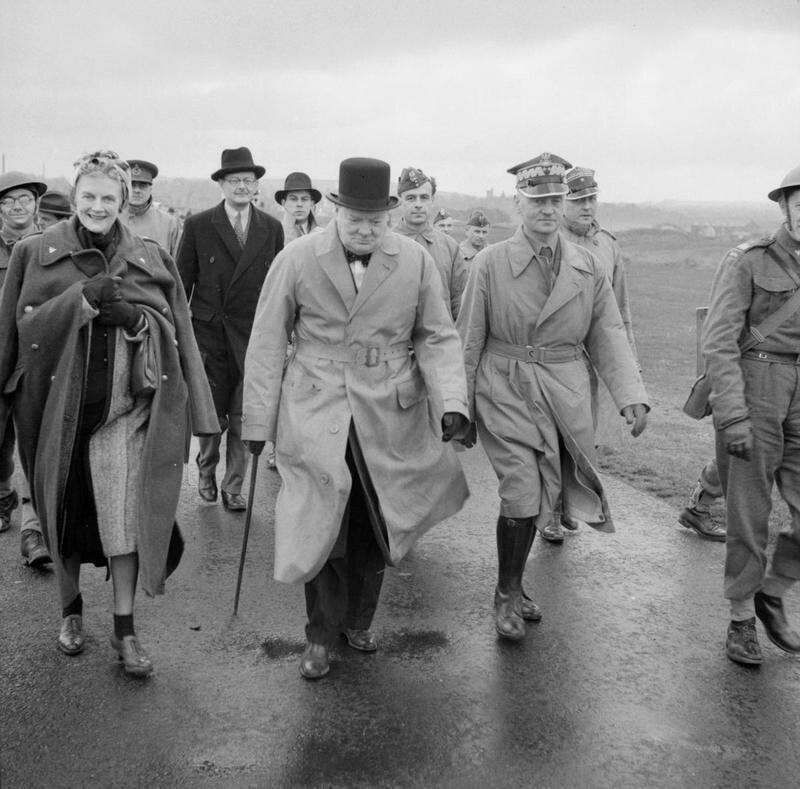 1940. Уинстон Черчилль и генерал Владислав Сикорски, премьер-министр польского правительства в изгнании, осуществляют проверку 1-го стрелковой бригады (1-й Польский корпус)  в Тентсмьюир, Шотландия. 19 июня