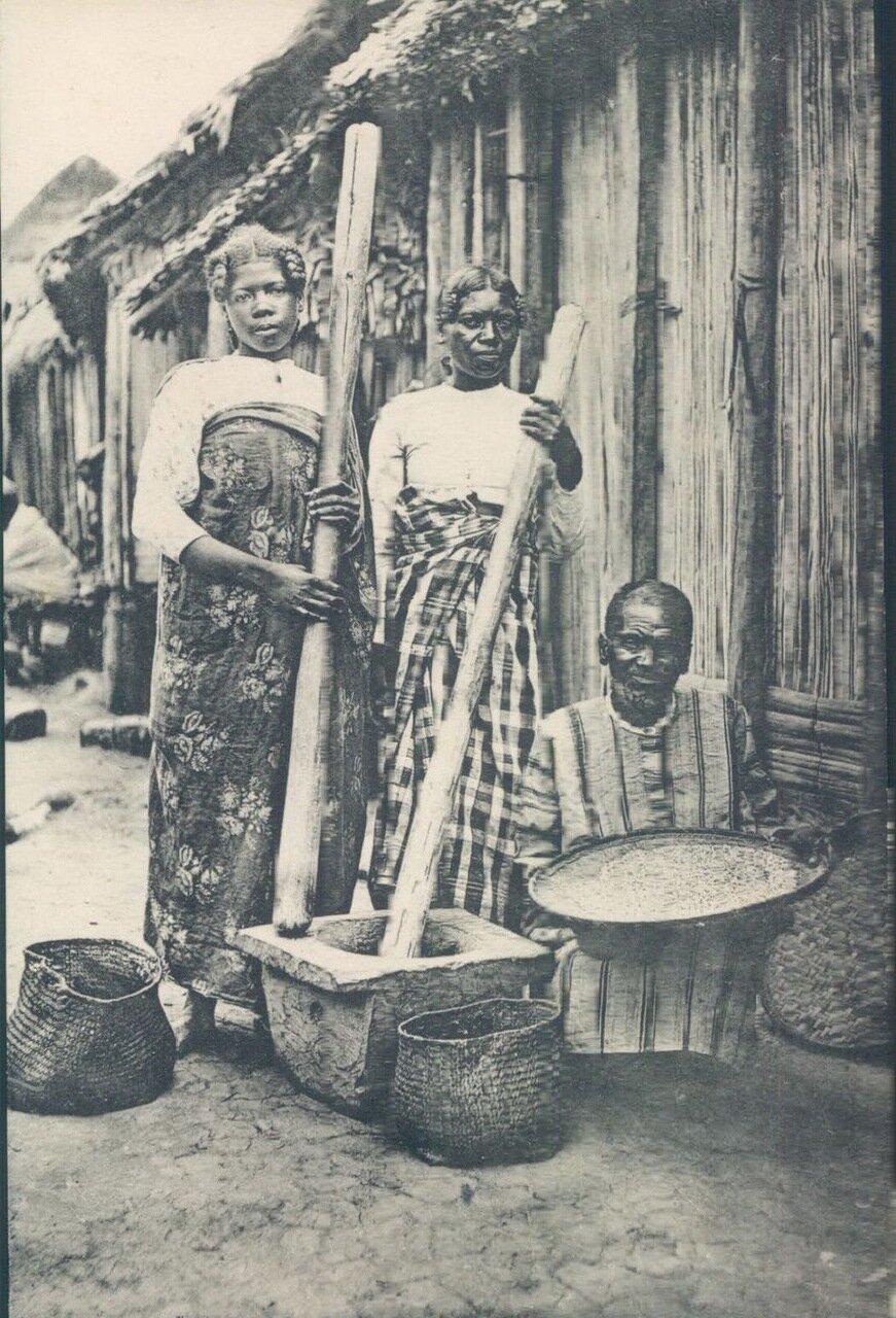 1910-е. Мадагаскар. Женщины. готовящие рис