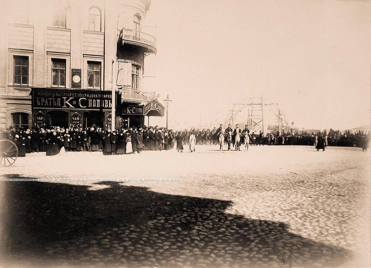 Горожане около дома, где находился магазин «Чай» братьев К. и С.Поповых в ожидании проезда участников торжественной коронации