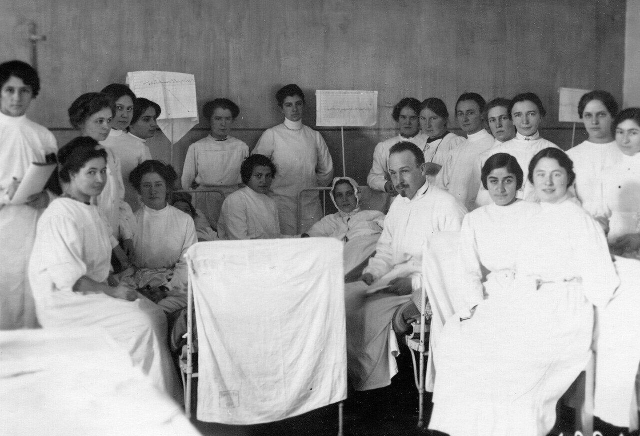 Практические занятия слушательниц женского медицинского института в клинике с преподавателем. В центре - Г. Ф. Ланг.