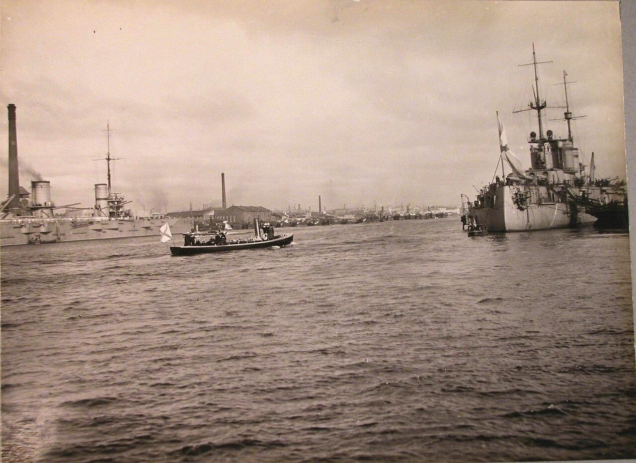 007. Император Николай II с группой морских офицеров подходит на катере к линейному кораблю  во время посещения и осмотра вновь построенных линейных кораблей