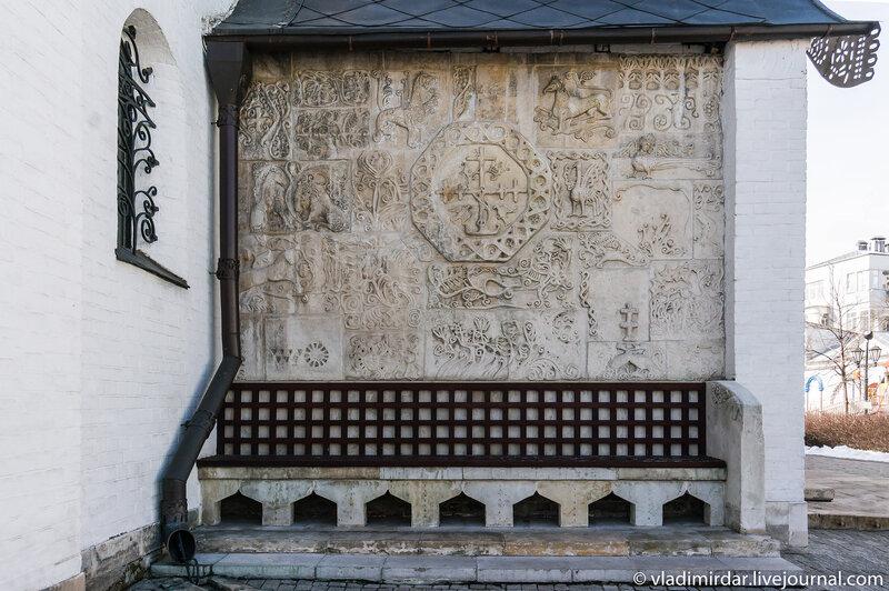 Мраморная скамья и фрагмент резного декора у северных врат Церкови Покрова Пресвятой Богородицы