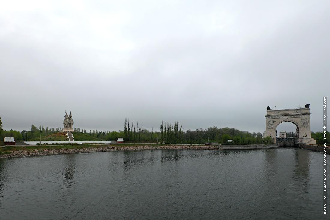 памятник соединению войск Сталинградского и Южного фронтов и шлюз №13 Волго-Донского судоходного канала