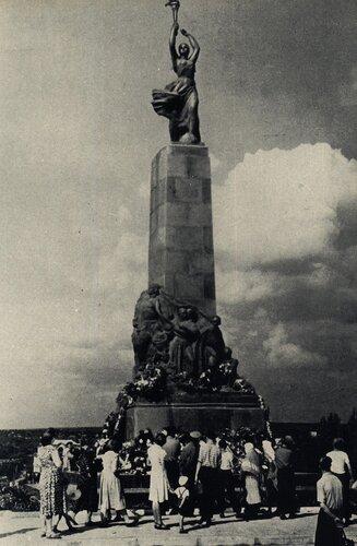 Кишинёв 1964 - Героям-комсомольцам.jpg