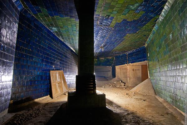 Подвал с синей плиткой