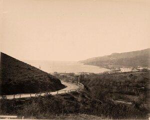 Вид домов на побережье; на первом плане - дорога на Поликуровский холм.