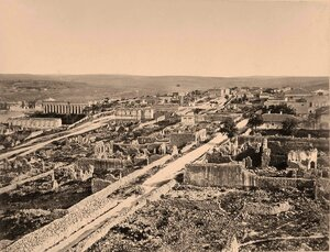 Панорама одного из районов города, разрушенного во время Крымской войны; слева на втором плане - собор Свв. Апп. Петра и Павла.