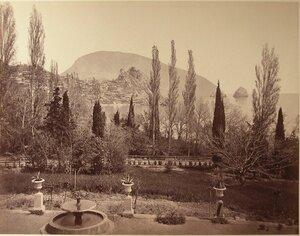 Вид части парка с фонтаном на приморской скале; справа - скалы Адалары, на втором плане - Аю-Даг.