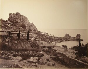 Вид жилых домов на побережье у подножия горы. Гурзуф.