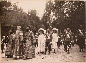 Духовенство, император Николай II с дочерьми - великими княжнами Ольгой (слева) и Татьяной (справа), министр императорского Двора граф В. Б. Фредерикс (второй справа), великий князь Сергей Михайлович