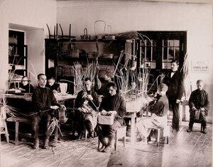 Воспитанники старшего возраста Костромского училища слепых имени Б.К.Кукель за плетением корзин в учебной мастерской училища.
