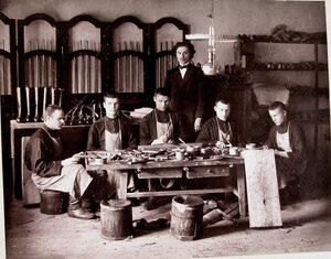 Группа воспитанников старшего возраста за работой в сапожной мастерской училища.