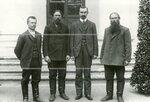 Группа депутатов Второй Государственной думы на скамейке у Таврического дворца.