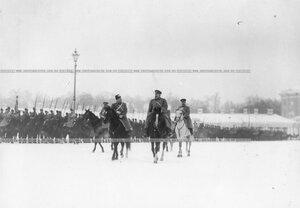 Великий князь Николай Николаевич с группой старших офицеров полка на плацу перед началом смотра полка.