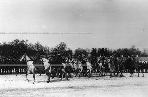 Трубачи конного полка на параде в момент перестроения полка к церемониальному маршу.