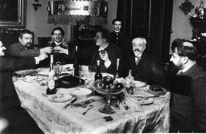 Куприн и Шаляпин в группе за столом. До 1917 г.